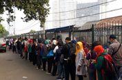 Begini Kondisi Antrean Mengular Pengguna KRL di Stasiun Bekasi