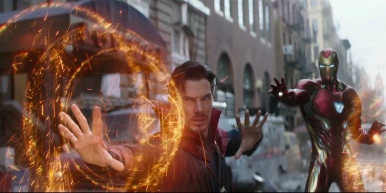 Benedict Cumberbatch (Doctor Strange) dan Robert Downey Jr (Iron Man) dalam film Avengers: Infinity War yang diproduksi oleh Marvel Studios.