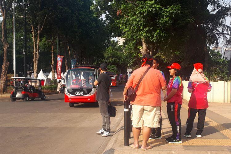 Volunter Asian Para Games 2018 (bertopi merah) tampak memberikan penjelasan kepada pengunjung GBK. Foto diambil Rabu (10/10/2018).