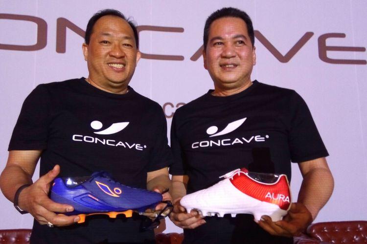 Direktur Pemasaran PT Concave Sukses Bersama Handoko (kiri) dan Direktur Keuangan PT Concave Sukses Bersama Bruno Saputan (kanan).  Bruno Saputan memegang sepatu Concave Aura warna merah-putih yang didesain untuk pasar Indonesia.