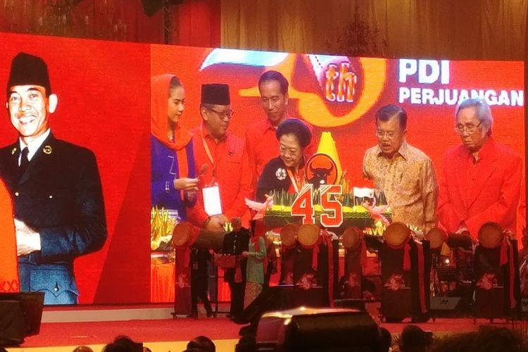 Ketua Umum PDI-P Megawati Soekarnoputri memberikan potongan tumpeng pertama kepada Presiden Joko Widodo. Potongan tumpeng diberikan di panggung perayaan Hari Ulang Tahun ke-45 PDI-P di Jakarta Convention Center, Senayan, Jakarta, Rabu (10/1/2018).