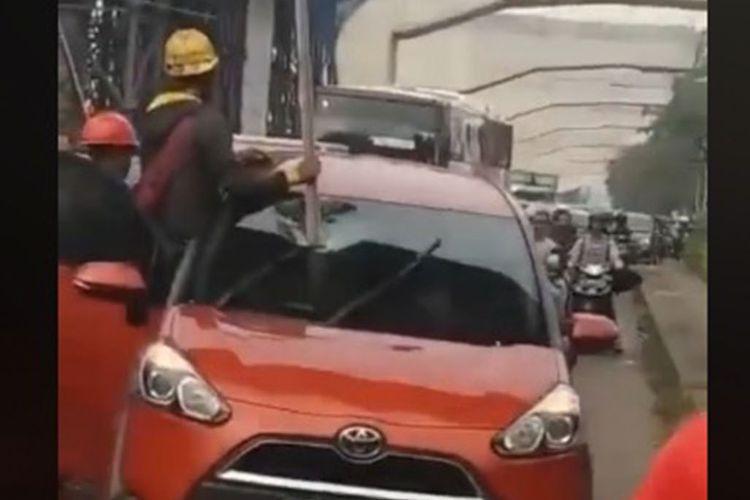 Toyota Sienta terkena besi di jalan Transyogi