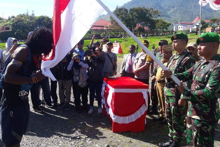 Talengga Gire saat mencium Bendera Merah Putih sebagai tanda setia terhadap NKRI, Selasa (11/6/2019)