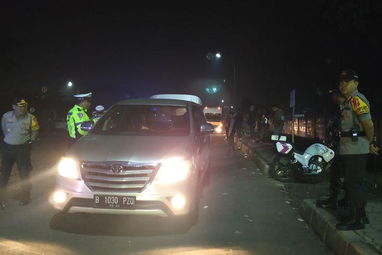 Sejumlah anggota Polres Sukabumi Kota  melakukan pemeriksaan kendaraan di pos penyekatan Cibolang, Sukabumi, Jawa Barat,  Selasa (23/5/2019) malam.