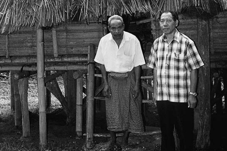 Dua tetua suku Nanga, Gaspar Djawa (kiri) dan Frans Selamat, di depan rumah adat mereka, di Mok, Manggarai Timur, Kamis (31/7/2014). Rumah tua tidak berpenghuni itu disebut Mbaru Embo.