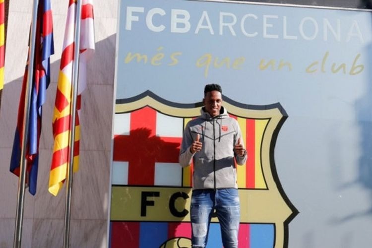 Yerry Mina berpose di depan logo FC Barcelona, Jumat (12/1/2018).