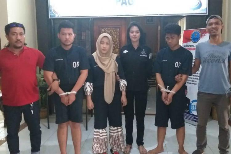 Tiga pelaku pembunuhan Ponia (39) dan Selfia (13) ketika berada di Polres Pagaralam, Sumatera Selatan. Ketiga pelaku tega menghabisi nyawa ibu dan anak itu dilatar belakangi utang piutang, Kamis (3/1/2019).