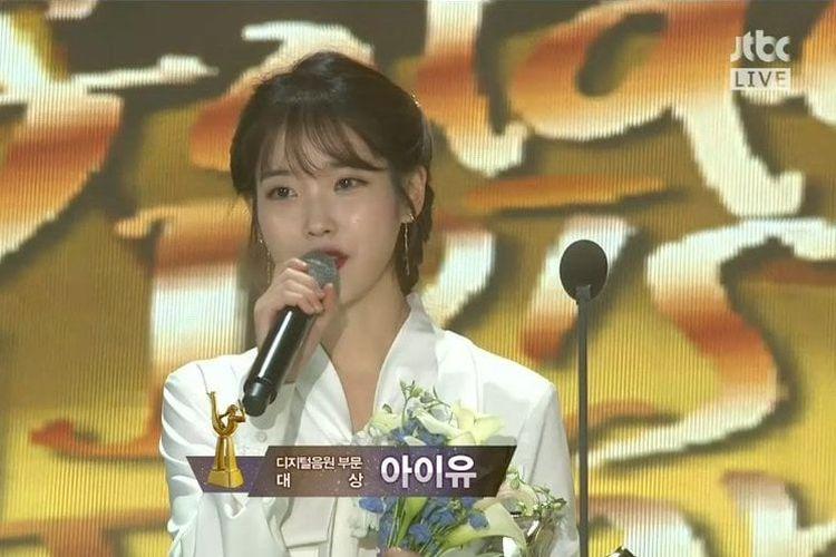 Penyanyi K-pop IU memberi sambutan setelah menerima penghargaan pada Golden Disk Awards, Rabu (10/1/2018).