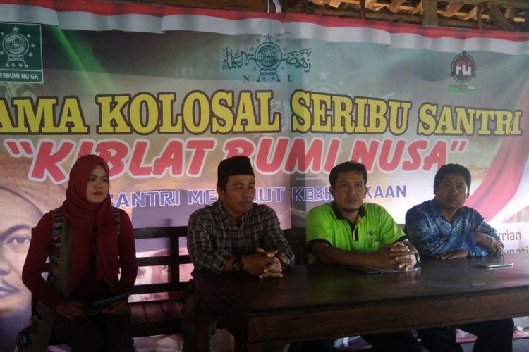 Ketua Forum Lintas Iman Aminudin Azis (Berkopiah hitan) dan Ketua panitia Hari Santr Taufik Ahmad Sholeh (baju Hijau)i