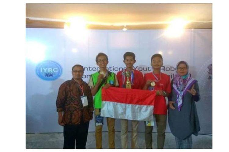 Tim Robotika dari MAN 2 Jakarta berhasil menorehkan prestasi sebagai Juara 1 di kategori Humanoid Robot Mission di IYRV 2018 di Bangkok, Thailand.