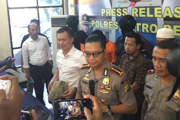 Kapolres Metro Bekasi Kota, Kombes Asep Adi Saputra mengatakan ada dua orang yang menjadi tersangka pembakaran MA di Polres Metro Bekasi, Kabupaten Bekasi, Senin (7/8/2017).