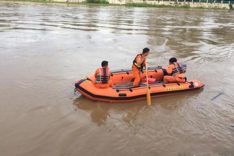 Tim Basarnas Pekanbaru melakukan pencarian seorang bocah bernama Naila yang diduga hanyut di Sungai Batang Lubuh, Desa Babussalam, Rohul, Riau, Kamis (6/12/2018).