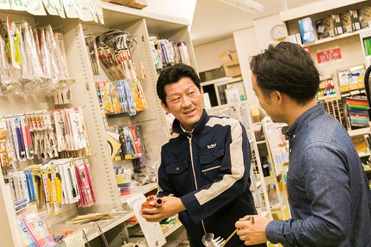 Toko Kikuya Urakami Shouji terkenal di kalangan orang bertangan kidal di Jepang. Tersedia 100 jenis barang khusus untuk orang kidal.