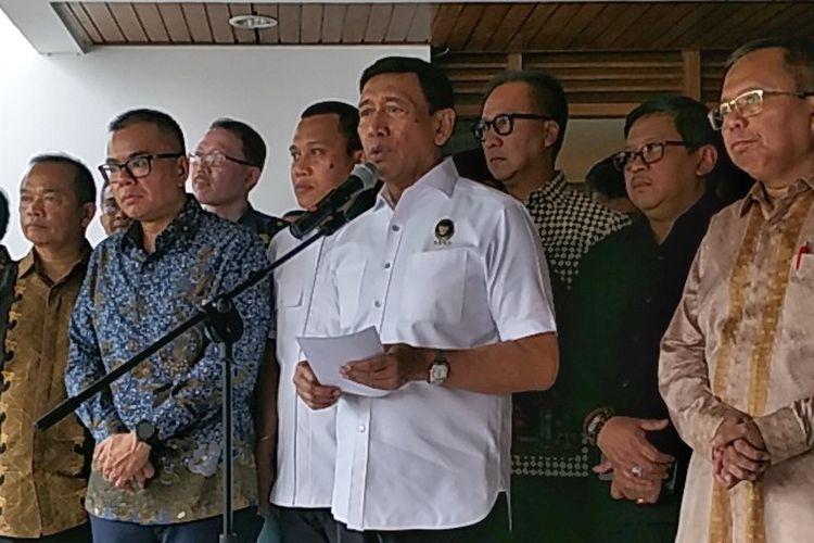 Menteri Koordinator Bidang Politik, Hukum dan Keamanan Wiranto saat memberikan keterangan pers seusai bertemu sejumlah sekjen partai pendukung pemerintah di rumah dinas Menko Polhukam, Kuningan, Jakarta Selatan, Senin (14/5/2018).