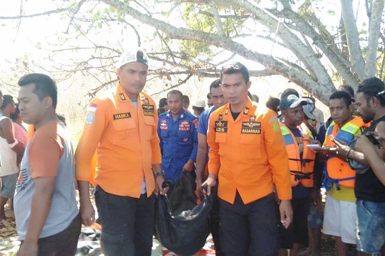 Tim SAR sedang membawa satu jenazah penumpang KM Nusa Kenari