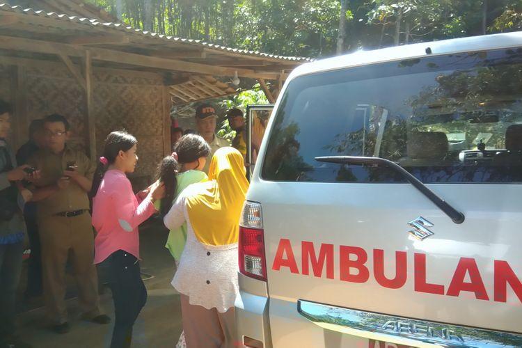 Tim Anti Pasung DIY mengevakuasi Maryani warga Kedungpoh Kulon, Desa Kedungpoh Kecamatan Nglipar, Gunungkidul, Yogyakarta Senin (16/7/2018)