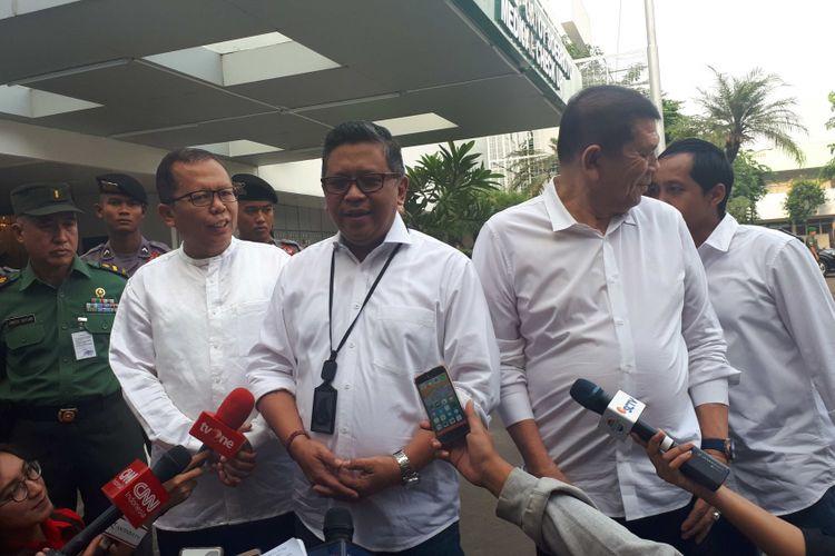 Sekjen PDI-P Hasto Kristiyanto(baju putih, kedua dari kiri) di RSPAD Gatot Subroto, Minggu (12/8/2018)