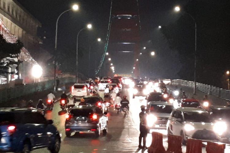Kepolisian dari Polresta Palembang mengamankan jalur diatas jembatan Ampera pada malam takbiran, Kamis (14/6/2018)