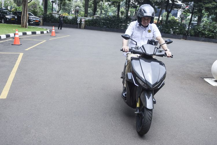 Menteri ESDM Ignasius Jonan mencoba motor listrik Gesits (Garasindo Electric Scooter ITS) di halaman Kementerian ESDM, Jakarta, Kamis (19/10).