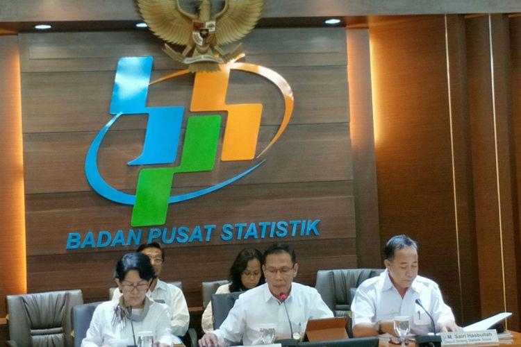 Kepala Badan Pusat Statistik (BPS) Suhariyanto (tengah) saat konferensi pers di Kantor Pusat BPS, Jakarta, Senin (2/1/2018).