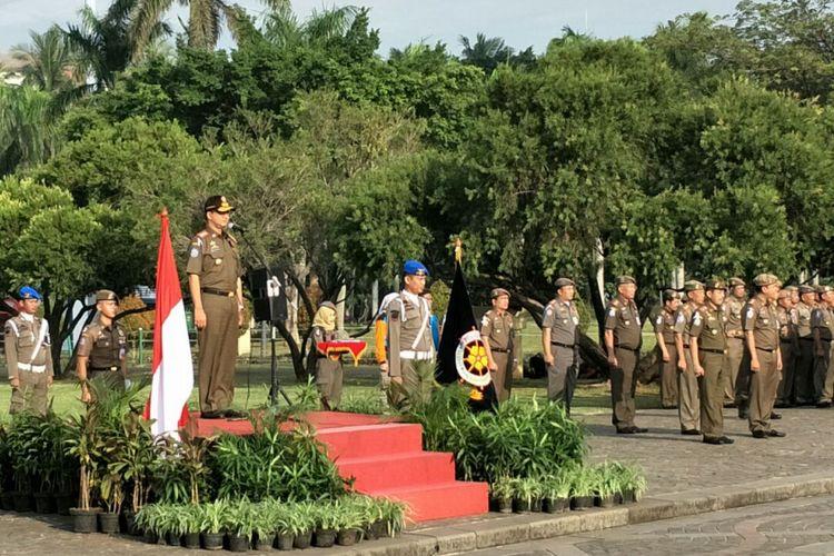 Gubernur DKI Jakarta Anies Baswedan memimpin apel rotasi anggota Satpol PP DKI Jakarta, di Monas, Jumat (29/12/2017).