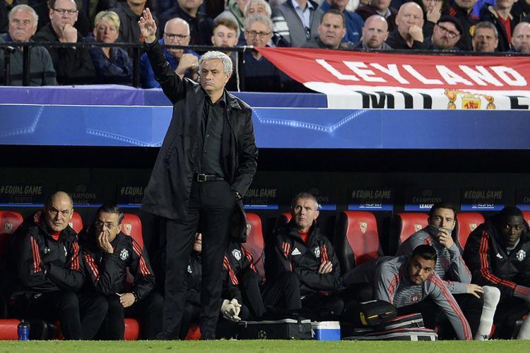 Manajer Manchester United, Jose Mourinho, memberikan instruksi kepada timnya saat melawan Sevilla pada leg pertama babak 16 besar Liga Champions di Stadion Ramon Sanchez Pizjuan, Sevilla, 21 Februari 2018.