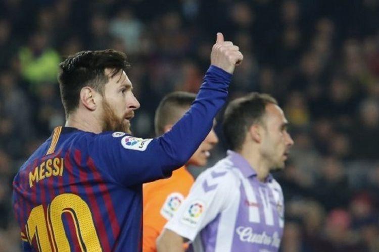 Lionel Messi membalas dukungan penonton di Stadion Camp Nou seusai dia mencetak gol pada pertandingan Barcelona vs Real Valladolid dalam lanjutan La Liga Spanyol, 16 Februari 2019.
