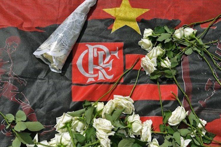 Karangan bunga menghiasi markas latihan Flamengo seusai tragedi kebakaran yang menewaskan 10 orang, 8 Februari 2019.
