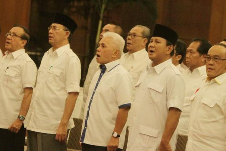 Ketua Umum DPP Partai Golkar Aburizal Bakrie (kanan), Ketua Umum Partai Gerindra Prabowo Subianto (dua kanan), Ketua Umum PAN Hatta Rajasa (tengah), dan Ketua Umum PPP Suryadharma Ali (tiga kiri) menghadiri acara pembekalan anggota DPR terpilih dari Koalisi Merah Putih (KMP) periode 2014-2019 di Jakarta Selatan, Jumat (26/9/2014). Pada pembekalan ini, diberikan wejangan dan juga amanat kepada mereka yang terpilih sebagai anggota parlemen. TRIBUNNEWS/HERUDIN