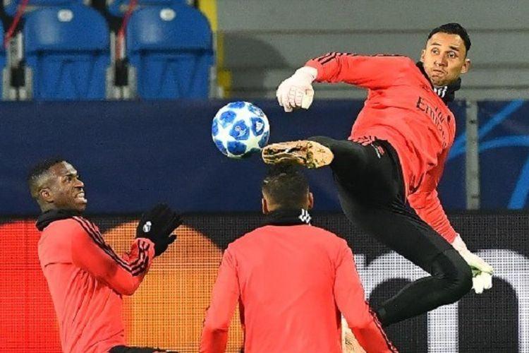 Aksi Keylor Navas di hadapan Vinicius Junior pada sesi latihan Real Madrid jelang laga versus Viktoria Plzen, 6 November 2018.