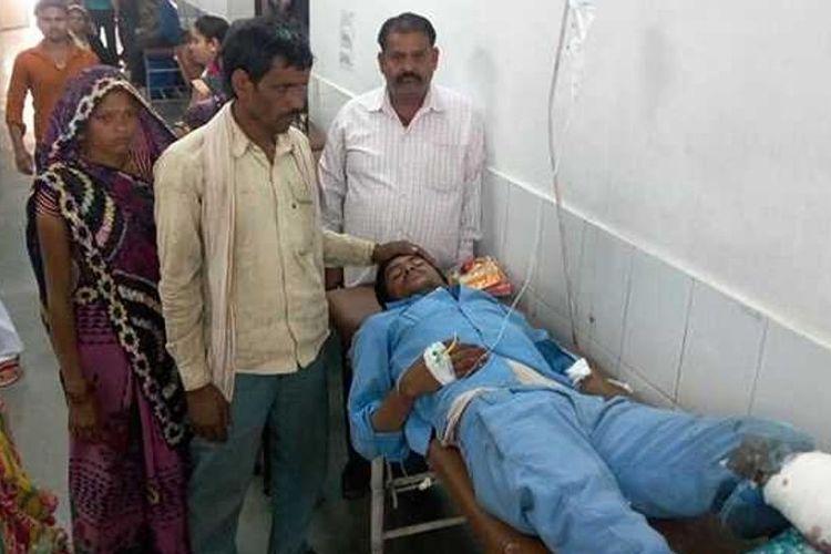 Ghanshyam (25), petugas kebersihan bus sekolah yang terguling, mengalami luka serius pada kaki kirinya dan harus diamputasi.