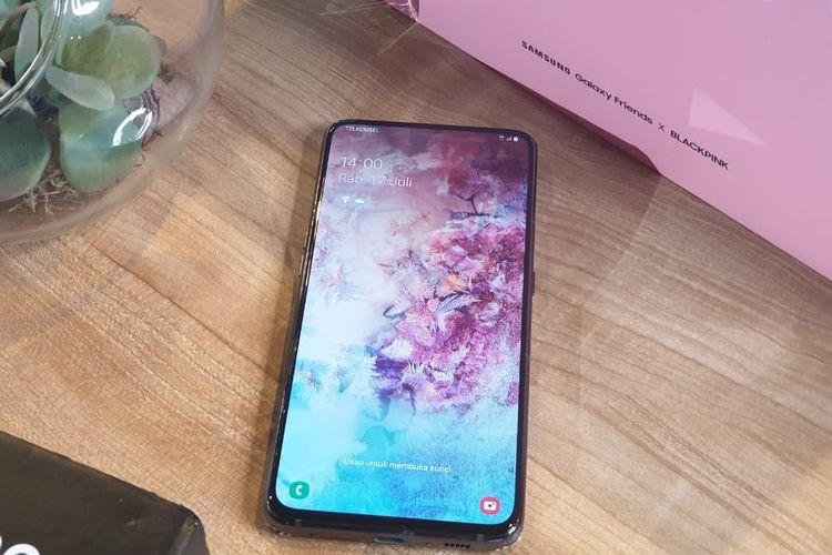 Samsung menanamkan beberapa sensor di dalam layar, seperti pemindai sidik jari (on-screen fingerprint), proximity, dan surface speaker.