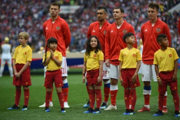 Rania Premiera Gumay, 9, tengah, menjadi player escort dalam pertandingan perdana Piala Dunia FIFA 2018 Rusia