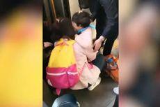 Sibuk Bermain Ponsel, Seorang Ibu Tak Sadar Anaknya Jatuh ke Kolong Kereta
