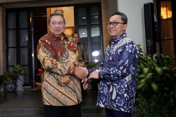 Ketua Umum Partai Amanat Nasional, Zulkifli Hasan tiba di kediaman Ketua Umum Partai Demokrat Susilo Bambang Yudhoyono di Mega Kuningan, Jakarta Selatan, Rabu (25/7/2018).