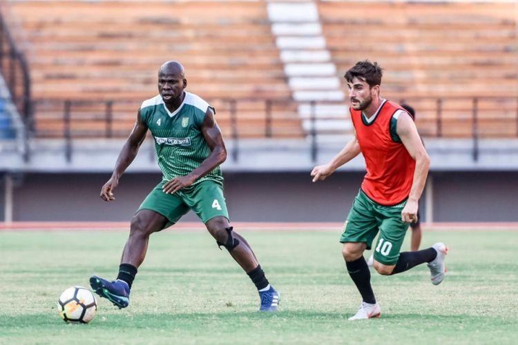 Dua pemain Persebaya Surabaya, OK John dan Robertino Pugliara berlatih di Stadion Gelora Bung Tomo, Surabaya.