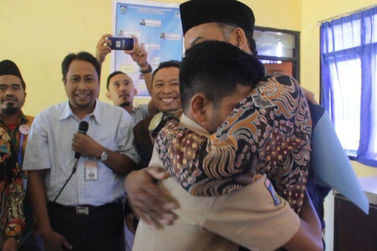 Aldi Irpan, siswa SMAN 1 Sembalun, memeluk Kepala Sekolahnya, Sadikin Ali setelah menerima surat kelulusan, Sabtu (25/5/2019)