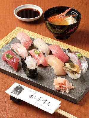 Hidangan Omakase Nigiri. Kombinasi antara nasi cuka yang kaya rasa dan bahan-bahan laut segar menghasilkan rasa yang luar biasa.