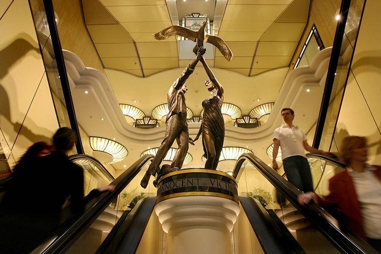 Patung memorial Putri Diana dan Dodi Al Fayed selama 20 tahun terpasang di pusat perbelanjaan mewah, Harrods di London.