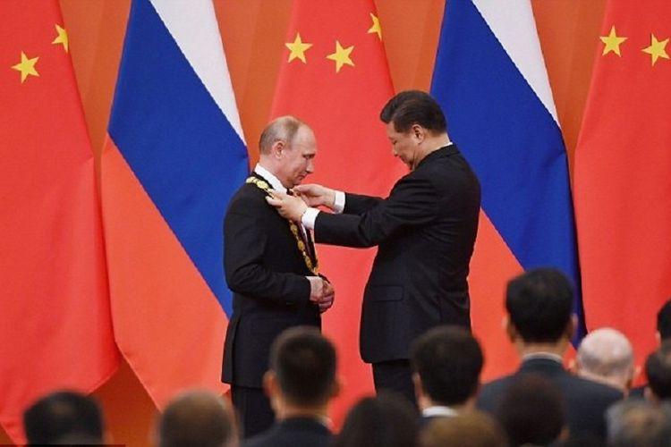 Presiden China Xi Jinping menganugerahkan penghargaan Medali Persahabatan untuk Presiden Rusia Vladimir Putin di Beijing, Jumat (8/6/2018).