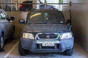 Sebuah Mobil Ditinggal di Tempat Parkir Selama Satu Tahun