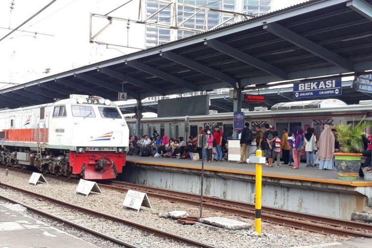 Kondisi Stasiun Bekasi yang sempat memberludak karena ada kereta anjlok, Bekasi, Selasa (3/10/2017).