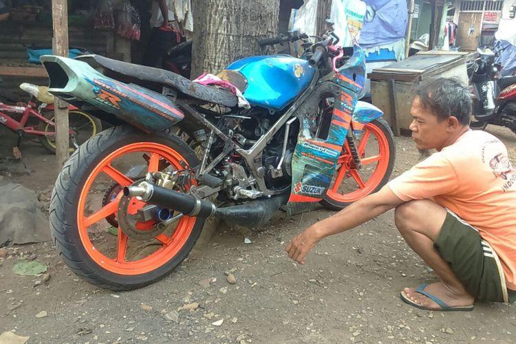 Suzuki RGR milik Robby Chow yang terbakar gara-gara tumbang saat tengah dilas. Peristiwa ini terjadi beberapa pekan lalu saat Robby dan rekan-rekan di komunitas, RGR Rider Community tengah touring Jakarta-Bandung.