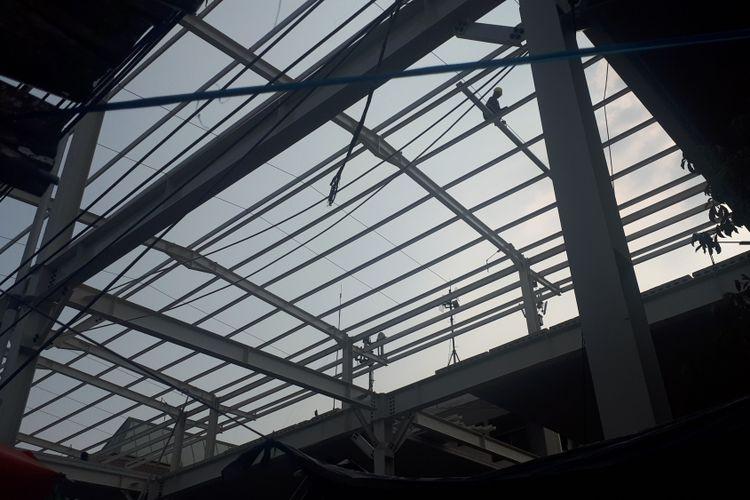 Atap skybridge Tanah Abang baru terpasang pada setengah bagian skybridge, setengah lainnya masih dalam keadaan terbuka. Foto diambil Kamis (11/10/2018).