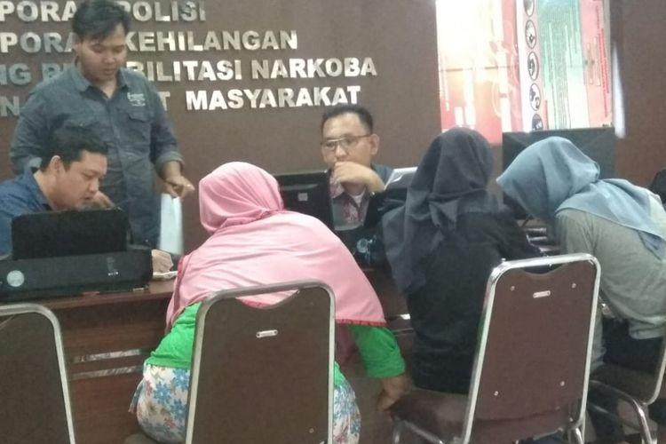 Korban WE bersama ibunya saat membuat laporan di Polresta Palembang(KOMPAS.com/ Aji YK Putra)