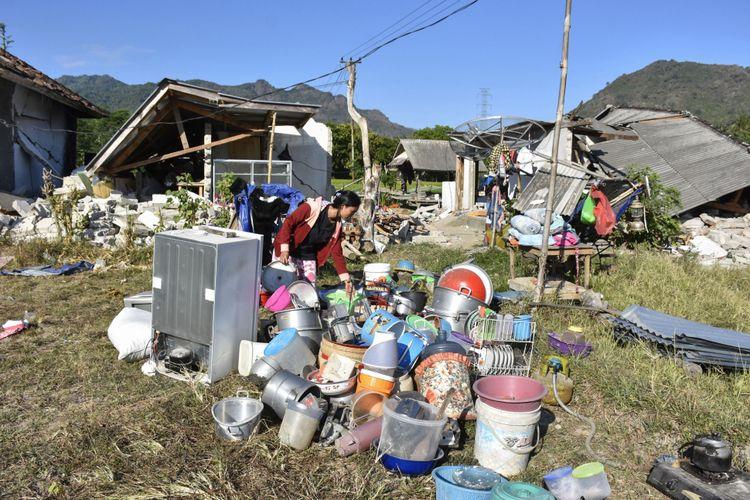 Sejumlah warga berada di halaman rumahnya pascagempa di Desa Bentek, Kecamatan Pemenang, Tanjung, Lombok Utara, NTB, Senin (6/8/2018). Gempa bumi bermagnitudo 7 mengguncang Lombok, Minggu (5/8/2018) malam.