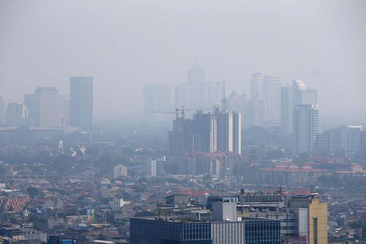 Polusi udara terlihat di langit Jakarta, Senin (3/9/2018). Menurut pantauan kualitas udara yang dilakukan Greenpeace, selama Januari hingga Juni 2017, kualitas udara di Jabodetabek terindikasi memasuki level tidak sehat (unhealthy) bagi manusia.