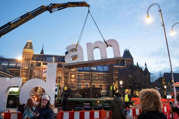 Papan I amsterdam di depan Rijksmuseum, Amsterdam, Belanda dicopot.