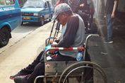 Pakai Kursi Roda, Ramjan Naik KRL dari Jatinegara ke Depok Sambut Ahok