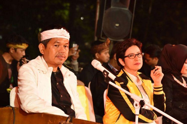 Ketua DPD Golkar Jawa Barat Dedi Mulyadi (kiri) dan kader Golkar Nurul Arifin (tengah) saat menghadiri safari budaya di Kota Bandung, Jumat (27/10/2017).